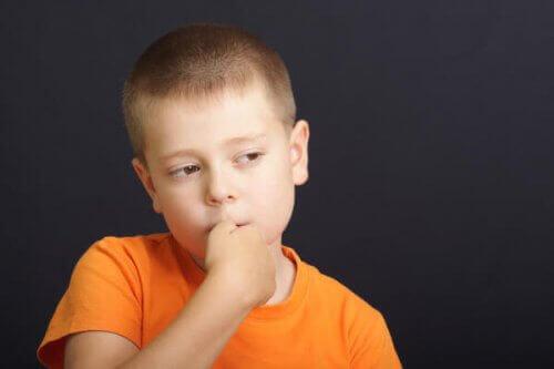 子ども 爪を噛む 防ぐ