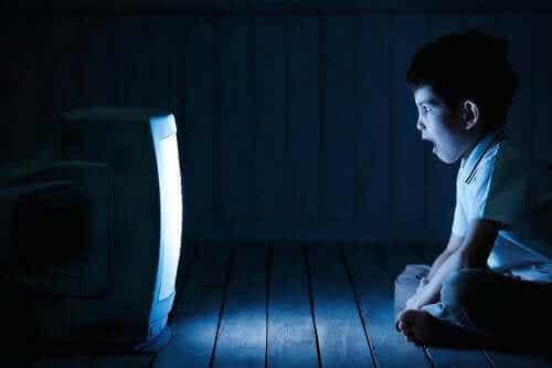 スクリーン利用時間が長過ぎ:子どもに与える悪影響とは?