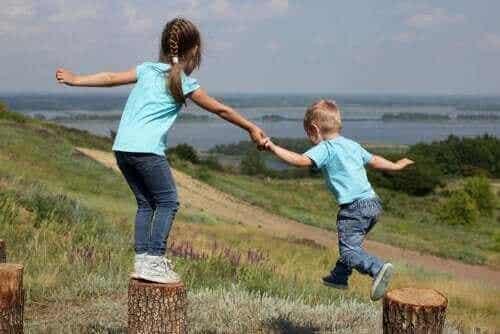 兄弟や姉妹間のライバル心と愛情:親への影響を見てみましょう