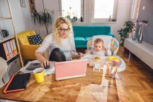 在宅勤務をしながら子どものお世話をするためのカギ
