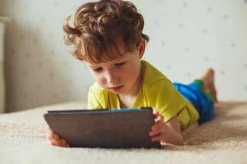 スクリーン時間が子どもに与える悪影響を知っていますか?