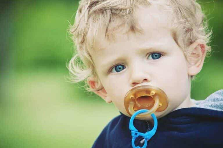 【おしゃぶりと赤ちゃん】子どもの感情に関わる機能とは?
