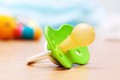【おしゃぶり議論】子どもがおしゃぶりを使うメリットとデメリット