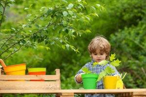 植物を植える子ども 家族で楽しむ環境教育アクティビティ